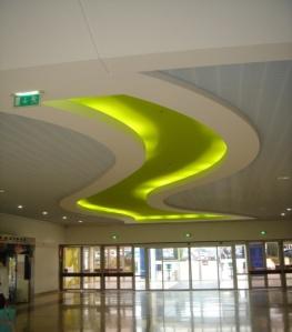 Centre commercial Carrefour à Vitrolles (13), Goulottes lumineuses en stratistaff
