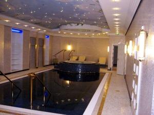 Réalisation des goulottes lumineuses & plafonds en forme de l'hôtel Ritz Carlton de Berlin, ici, vue de la piscine.