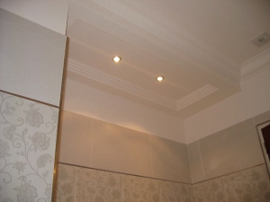 Caissons de plafond d'un seul tenant avec corniche intégrée en stratistaff, de forme rectangulaire et carrée avec réservations pour l'éclairage, destinés à l'aménagement des salles de bain des 43 chambres de l'hôtel Princesse Flore de Royat.
