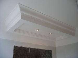 Caissons de plafond d'un seul tenant avec corniche intégrée en stratistaff, de forme rectangulaire et carrée avec réservations pour l'éclairage, destinés à l'aménagement des salles de bain des 43 chambres de l'Hôtel Princesse Flore de Royat
