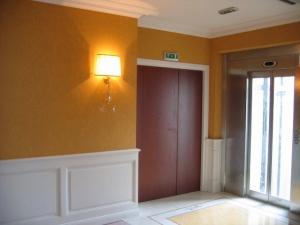 Détail d'un couloir, habillage mural par lambrissage, http://www.staffdecor.fr/habillages-muraux-et-parements/habillage-mural-par-lambrissage-81.html, Hôtel Princesse Flore de Royat