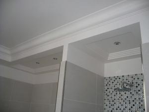 Caissons de plafond d'un seul tenant avec corniche intégrée en stratistaff, de forme rectangulaire et carrée avec réservations pour l'éclairage, destinés à l'aménagement des salles de bain des 43 chambres de l'hôtel, Hôtel Princesse Flore de Royat