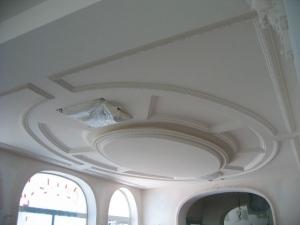 Caisson de plafond en stratistaff d'un seul tenant cintré suivant rayon avec corniche intégrée pour l'aménagement de la salle de réception, Hôtel Princesse Flore de Royat