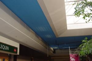Habillages de verrière à pans coupés en longueur de 2 mètres en stratistaff  selon différents degrés d'inclinaison et développés. (Photo prise après installation des éléments en stratistaff, avant la mise en peinture)