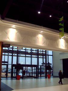 Bandeau décoratif à l'entrée du centre commercial