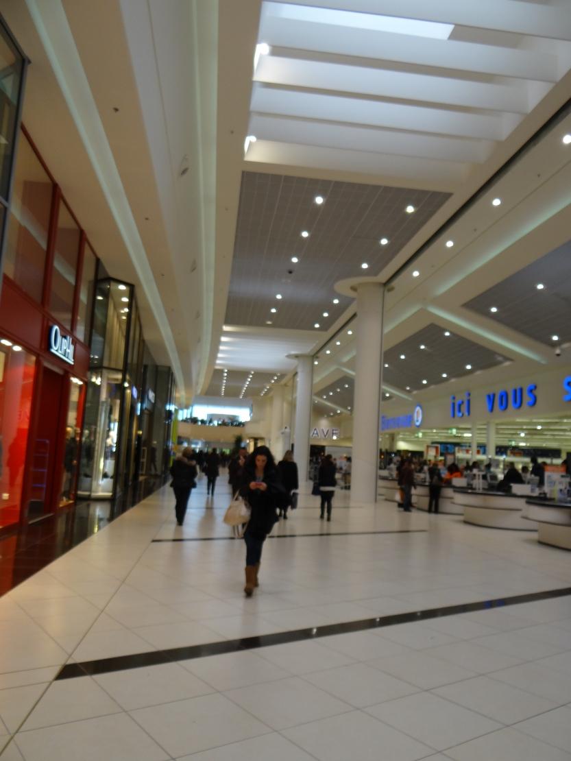 Une galerie commerciale aux formes aériennes.