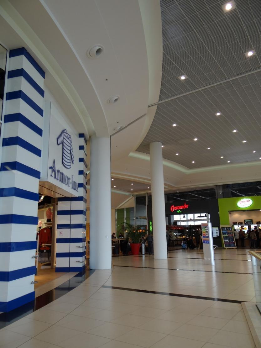 espaces détente, restauration et shopping autour de 50 boutiques chics et un hyper fonctionnel.