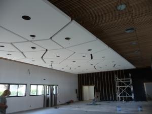 Pose d'un plafond en staff sur une superficie de plus de 160 m2.