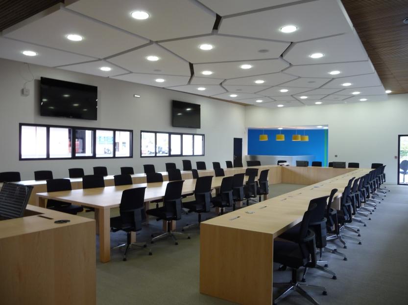 Dans un espace de plus de 160m2 se dessine un plafond 100% en stratistaff.