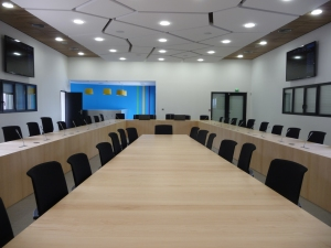 Une salle de conférence composée de 29 panneaux en stratistaff constituent le plafond.